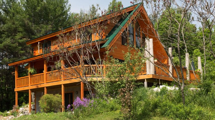 Class log home in Clayton, Ontario - click to view