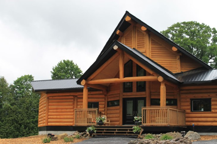 Red pine round log home in Ottawa